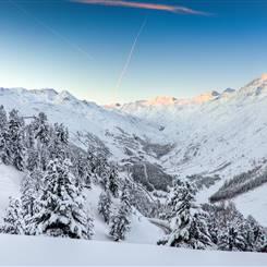 Schneebedecktes Tal bei Sonnenaufgang