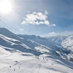 Skigebiet mit Abfahrten bei strahlendem Sonnenschein