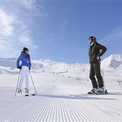 Skifahrer auf Skipiste vor Wurmkogl